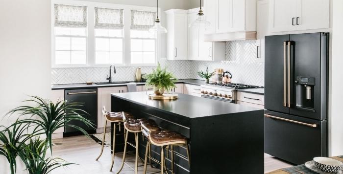 décoration cuisine blanche plan de travail noir, aménagement de cuisine ouverte avec îlot central en noir mat
