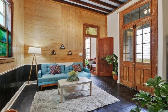 revêtement lambris mural en bois clair, décoration salon avec mur bois et soubassement en planches noires