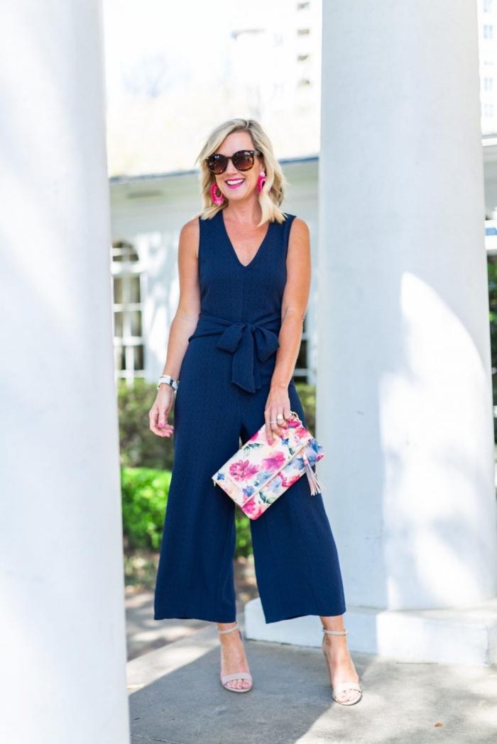 modèle de combinaison bleu foncé 7/8, look femme invitée avec pantalon et accessoires pochette et boucles d'oreilles en blanc et rose