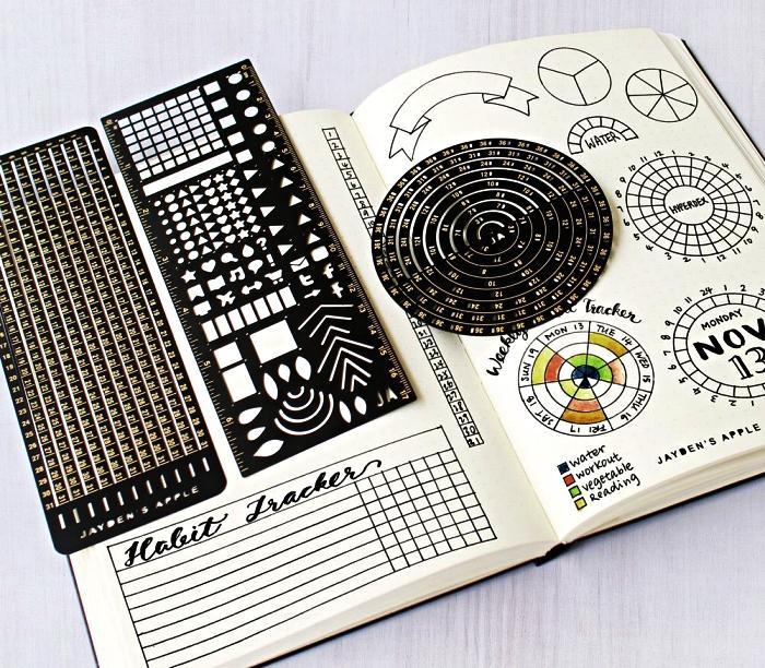 carnet personnalisé avec des pochoirs pour bullet journal qui permettent de réaliser des tableaux et des formes variés