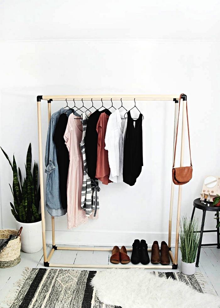 portant à vêtements diy en poteaux de bois et coudes attachés ensemble avec des coudes métalliques, idée pour faire un dressing dans une chambre de petite taille