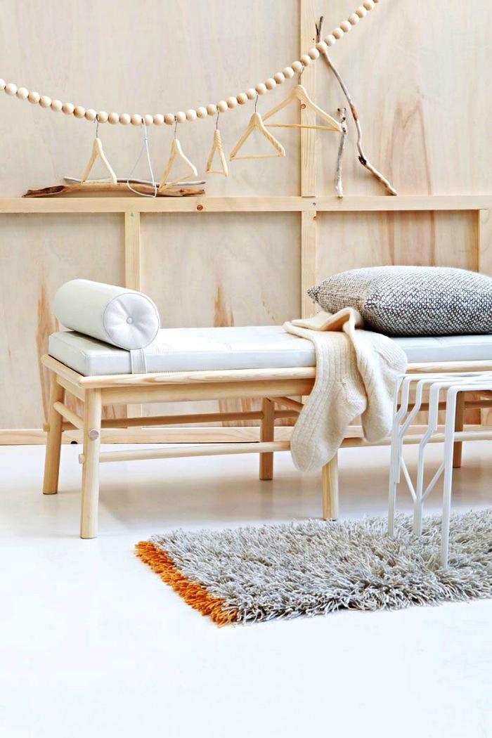penderie guirlande de perles bois accrochée au mur, idée dressing pour un petit espace
