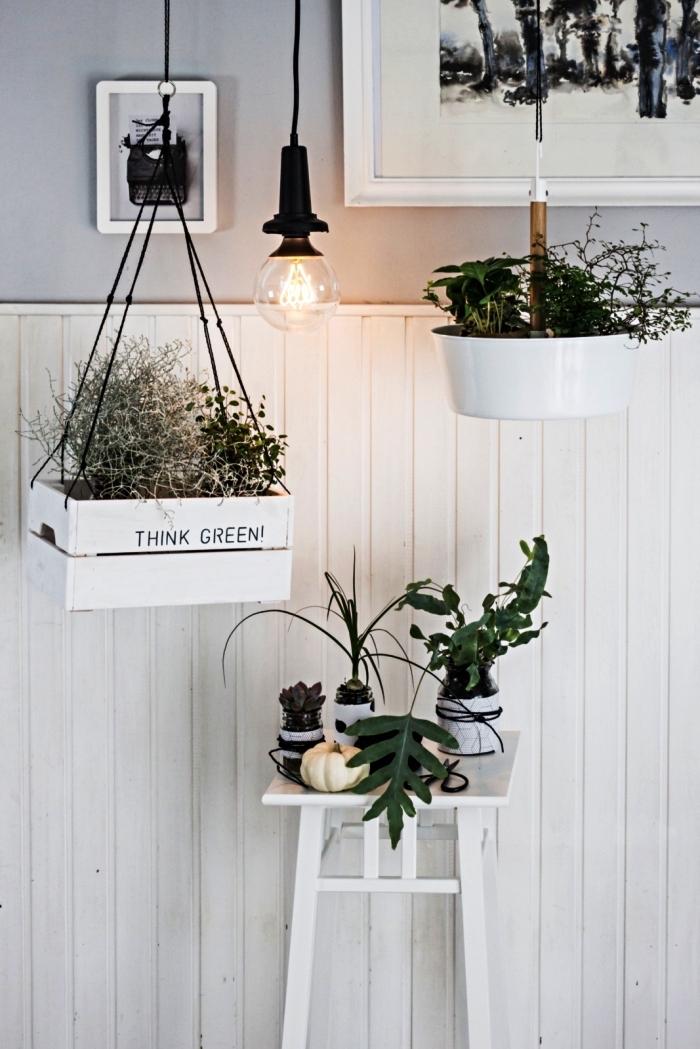 une caisse a pomme peinte blanche détournée en porte-plante suspendu, jardinière suspendue en bois récup