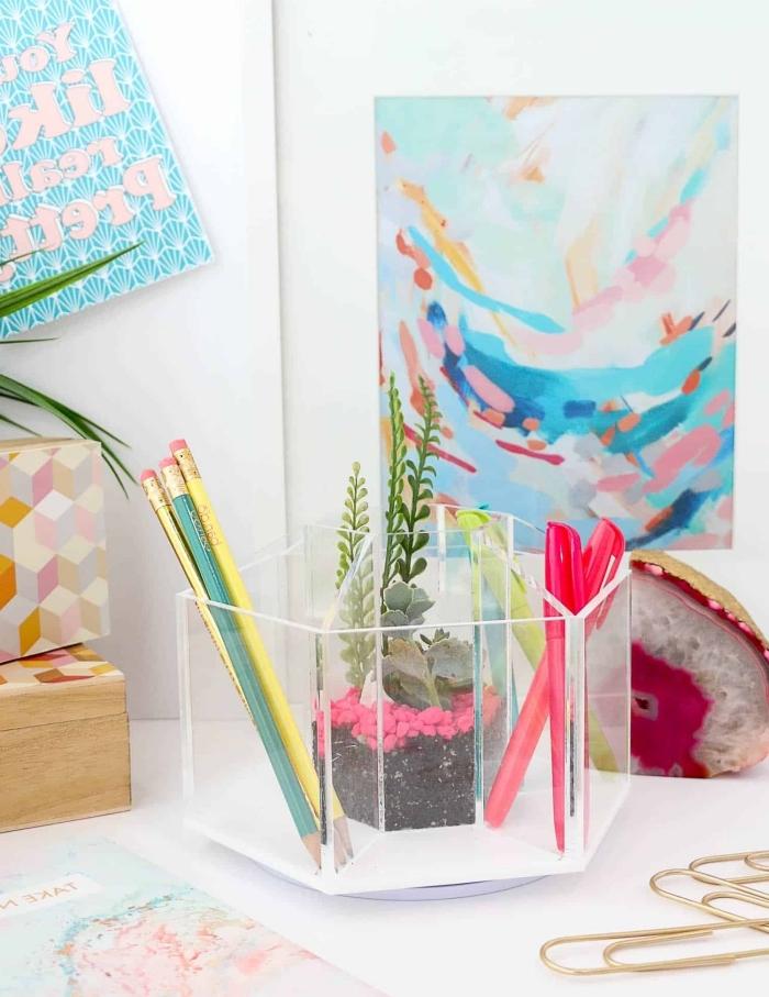 accessoire de bureau DIY, fabriquer un organiseur crayons avec contenant en verre ou plastique, organiseur sections bureau