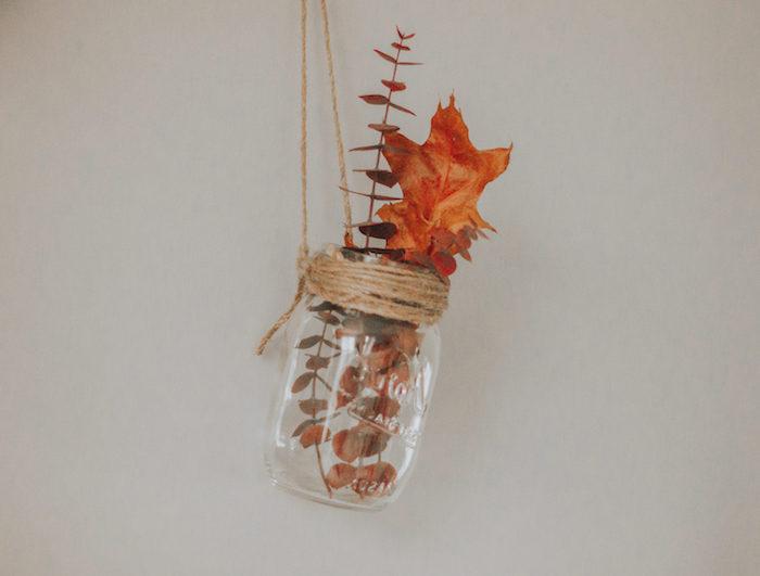 décoration automne a faire soi meme avec pot en verre recyclé suspendu à ficelle avec des feuille d arbre et branche d arbre séchée