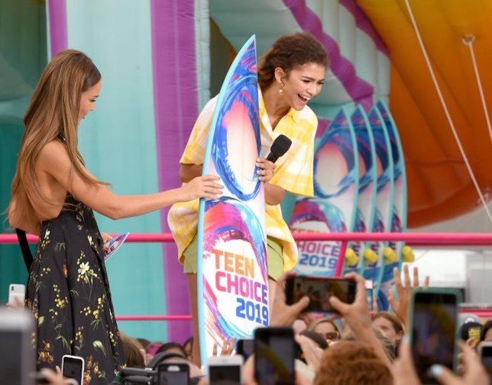 Zendaya reçoit sa planche de surf à la cérémonie des Teen Choice Awards 2019, ceremonie le 11 aout 2019
