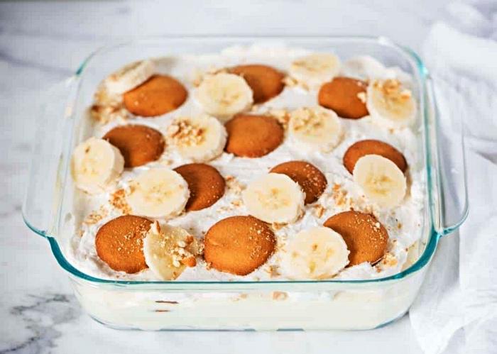 pudding à la vanille et à la banane avec sablés au beurre, dessert facile a faire sans four