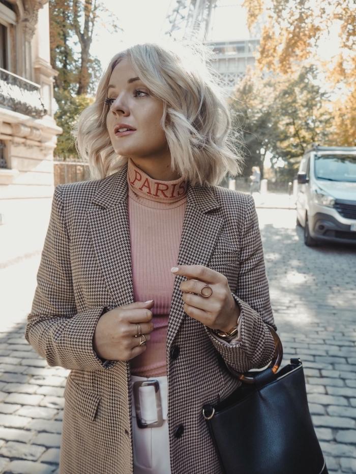 mode femme tendance automne hiver 2019 2020, look chic avec pull rose pastel et blazer femme en beige et noir