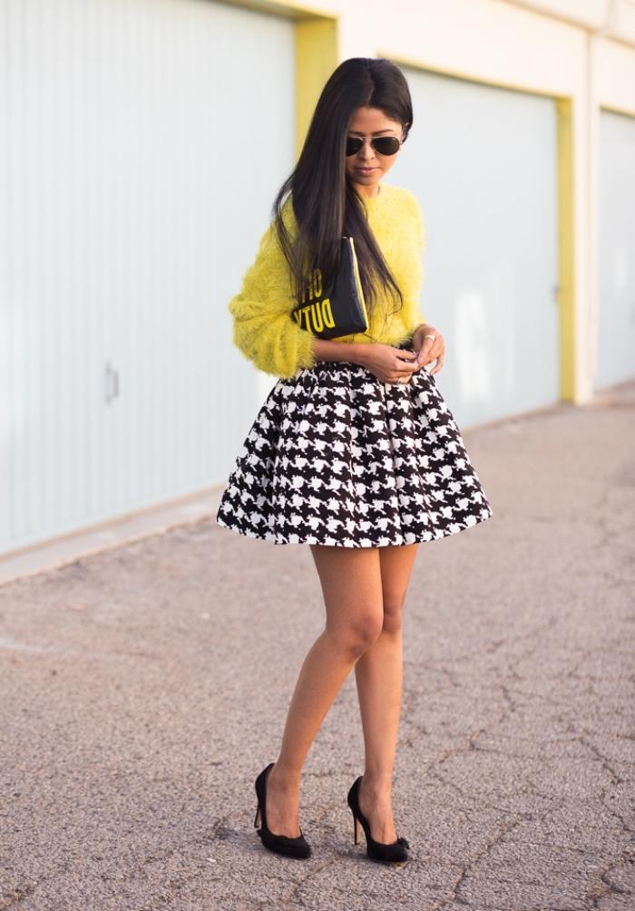 modèle de jupe courte blanc et noir à imprimé pied de poule, tenue chic femme en pull-over jaune et jupe blanc et noir