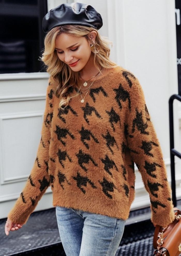 idée tenue tendance automne 2019 femme avec pull over marron à imprimé pied de poule, style casual chic avec jeans et béret