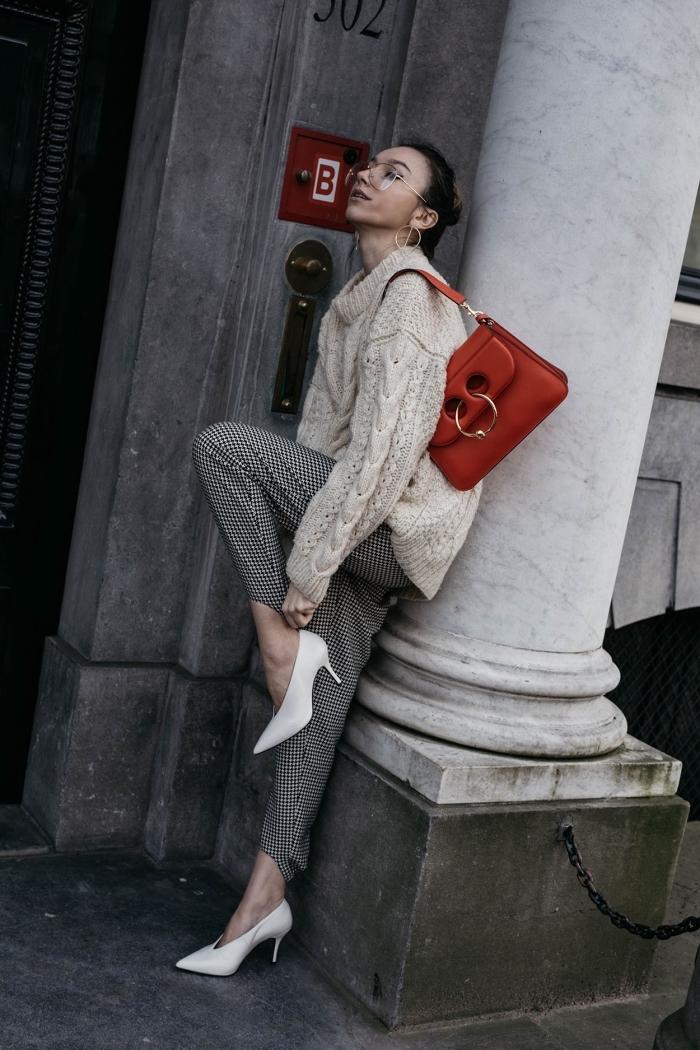 modèle de pantalon gris et blanc à imprimé pied de poule, tenue chic femme en pull oversize beige et chaussures hautes en blanc