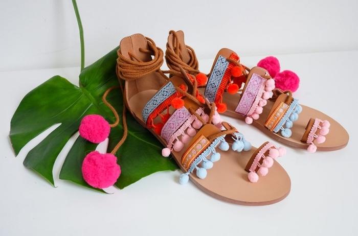 modèles de sandales marron avec lacets décorées de mini-bordure à pompons colorés, idée créative facile et rapide