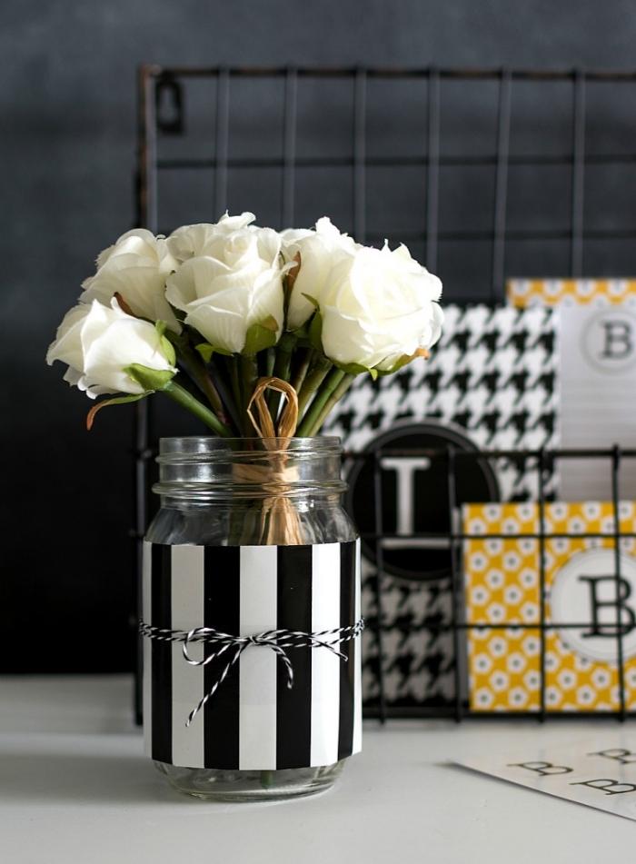 idée comment customiser un jar en verre avec papier blanc et noir, fabrication objet de déco bureau facile et rapide