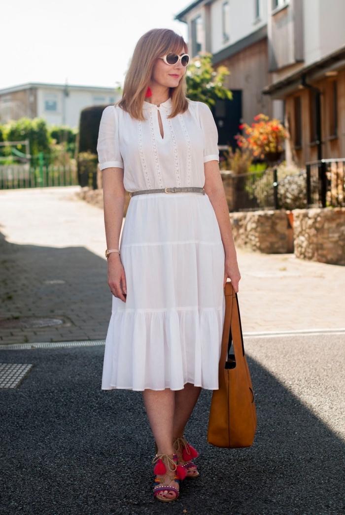 idée comment bien s'habiller en été femme, modèle robe d'été blanche longueur genoux avec sandales pompon