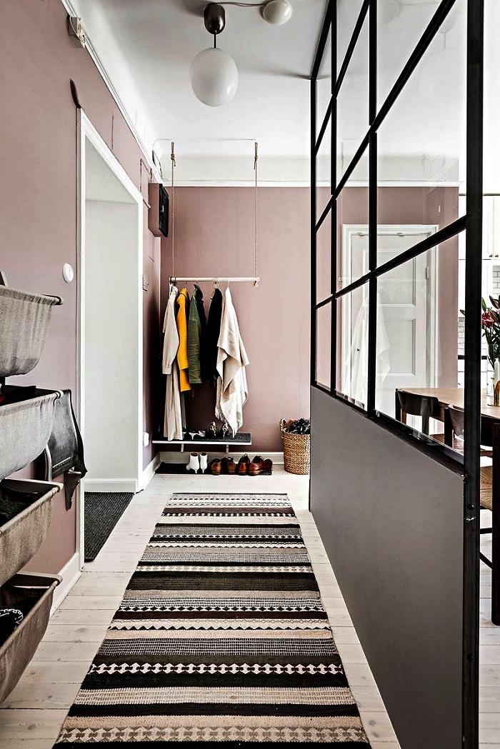 peinture couloir rose poudré qui se combine parfaitement avec le parquet bois clair et la verrière industrielle