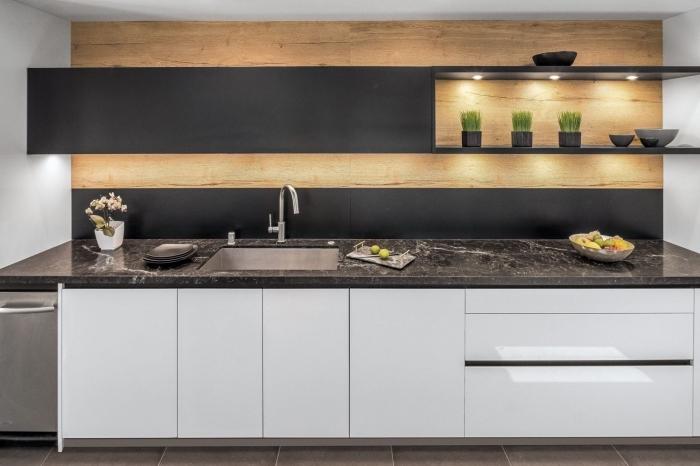décoration cuisine blanc et bois avec accents en noir mat, idée meuble haut cuisine en noir mat avec éclairage led intégré