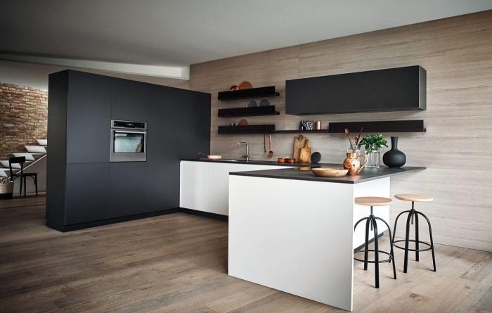 idée déco cuisine en blanc et bois avec plan de travail noir, agencement cuisine en l avec plancher bois et accents noirs