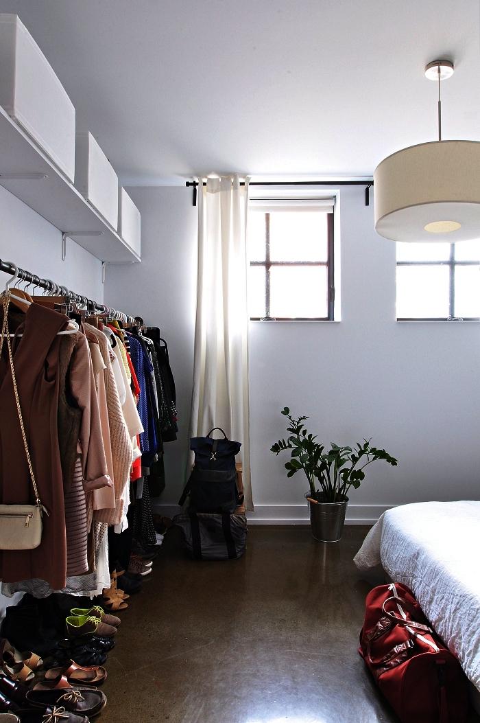 comment faire un dressing sur mesure pour un petit appartement, dressing aménagé tout au long du mur avec penderie associée à une étagère murale