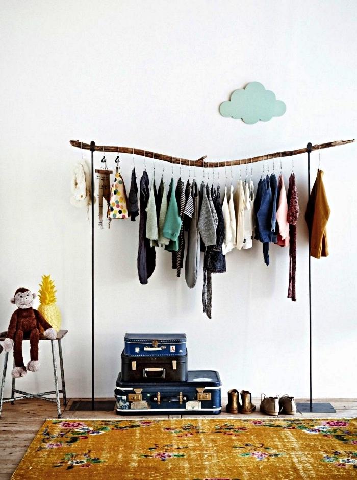 penderie fait maison avec branche récupérée, idée pour aménager un dressing dans une chambre d'enfant façon portant à vêtements