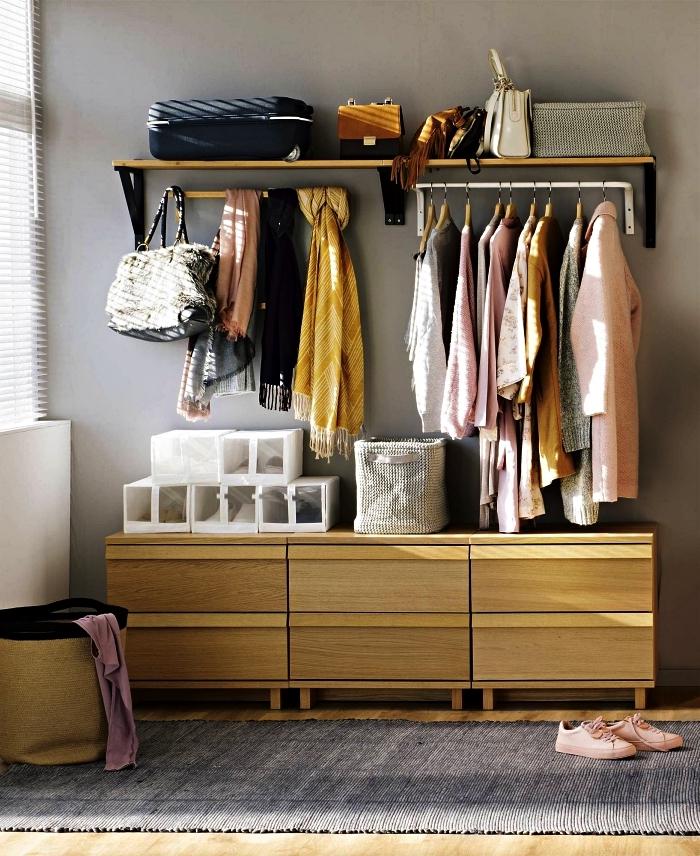 meuble d'entrée vestiaire en bois avec tringles et placards bas, conseils pour optimiser son entrée