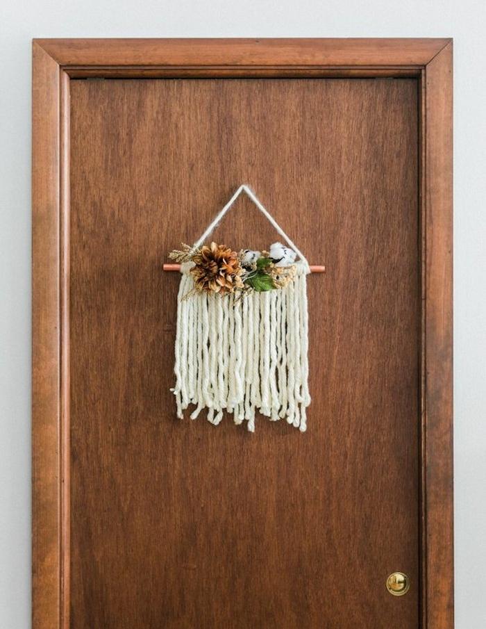 alternative couronne automne, macramé avec décorations d automne végétales sur tube de cuivre