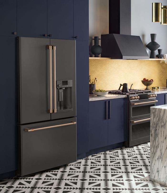 modèle de cuisine blanche et noire avec armoires en bleu mate et crédence sablée, aménagement cuisine linéaire avec îlot