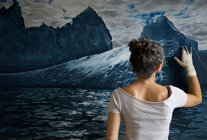 Femme qui dessine une grande peinture de l'océan, dessin au fusain, dessin visage femme, dessiner mieux