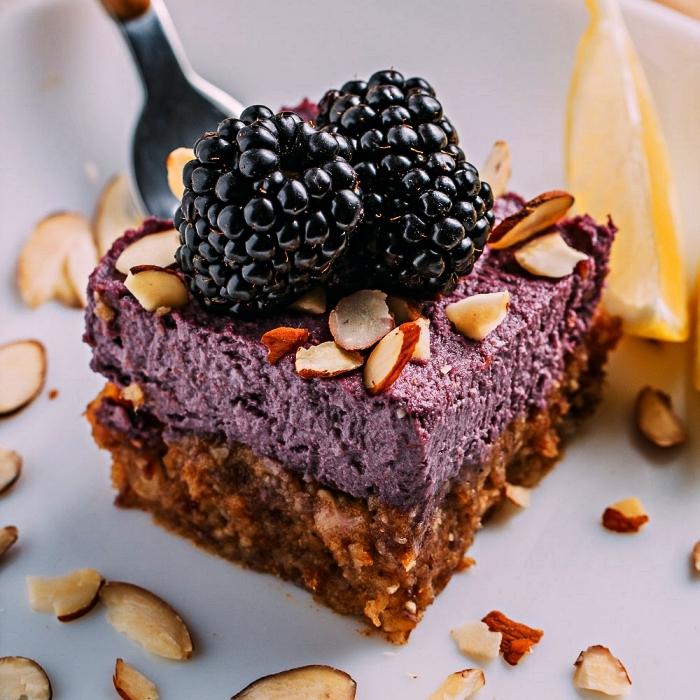 dessert facile a faire sans farine et sans oeufs, barres vegan à base de noix de cajou, dattes garnies de fromage frais vegan aux noix de cajou et fruits rouges