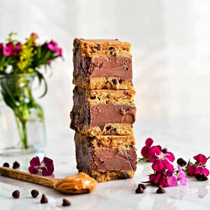 dessert frais glacé au chocolat et beurre de cacahuète, sandwich glacé au chocolat et beurre de cacahuète