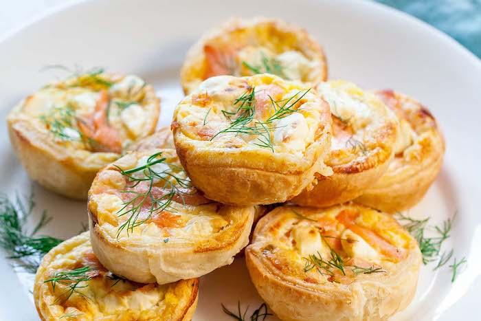 petits quiches au saumon et froamge dans pate feuilletée, exemple d apero dinatoire pour 10 personnes simple