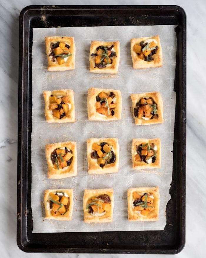 idée de carrés de pate feuilletée avec des cubes de patate douce, oignons caramélisées sur ricotta froamge, idee amuse bouche simple