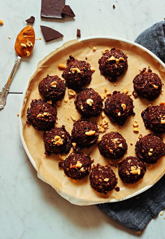 recette sans cuisson de cookies au chocolat, beurre de cacahuète et flocons d'avoine, recette vegan de cookies chocolat sans farine