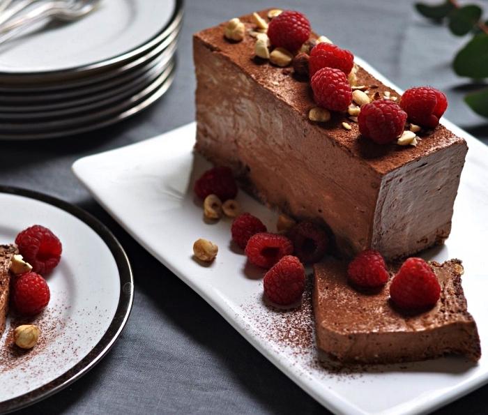 recette de parfait glacé au chocolat et noisettes, dessert facile a faire sans cuisson, idée de dessert glacé, semifreddo au chocolat et noisettes