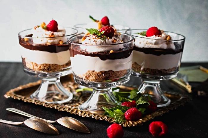 dessert rapide et facile parfait pour l'été, recette de cheesecake sans cuisson en bocal au chocolat, fromage frais et crème chantilly