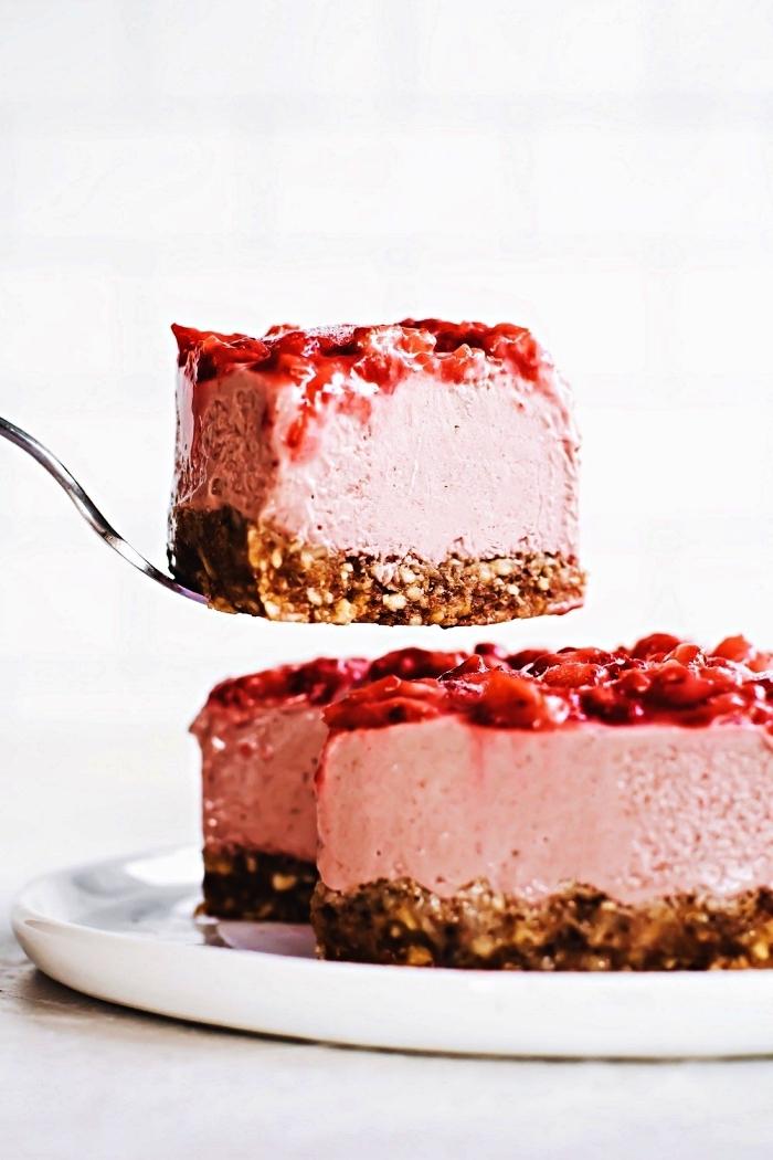 recette sans four de cheesecake cru aux fraises, recette de cheesecake expresse sans cuisson avec une croûte à base de dattes et de noix