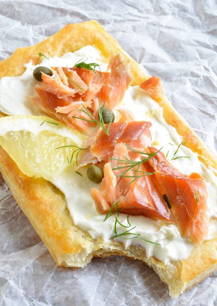 exemple tarte feuilletée au fromage à la crème, capres, saumon et citron, comment faire amuse bouche apero