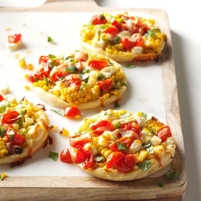 idee de rondins petits pizzas à la mexicaine au mais, tomates cerises, persil et fromages, apero vegetarien mexicain