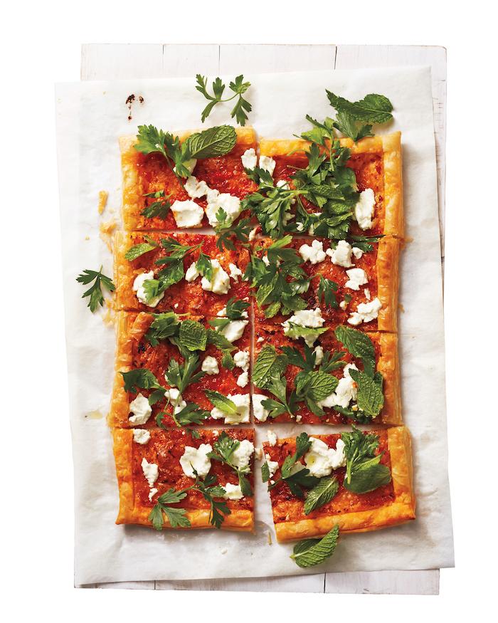 tarte feuilletée recette simple au purée de tomates, basilic, fromage feta en top, recette apero dinatoire