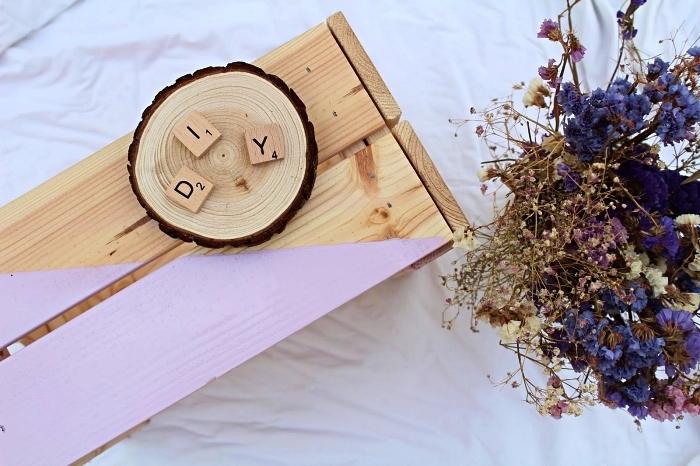 une cagette bois deco de chez ikea customisée avec de la peinture couleur lavande, idée déco avec une caisse en pin graphique