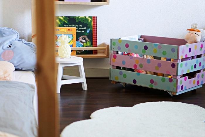 petite meuble de rangement ikea, caisse de rangement pour jouets customisée avec de la peinture rose et vert pastel