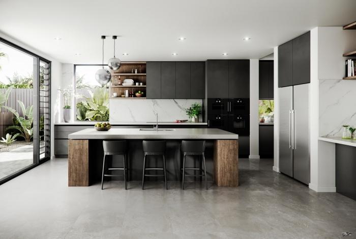 décoration cuisine grise et blanche avec crédence marbre, îlot central en blanc et bois brut avec chaises noir mat