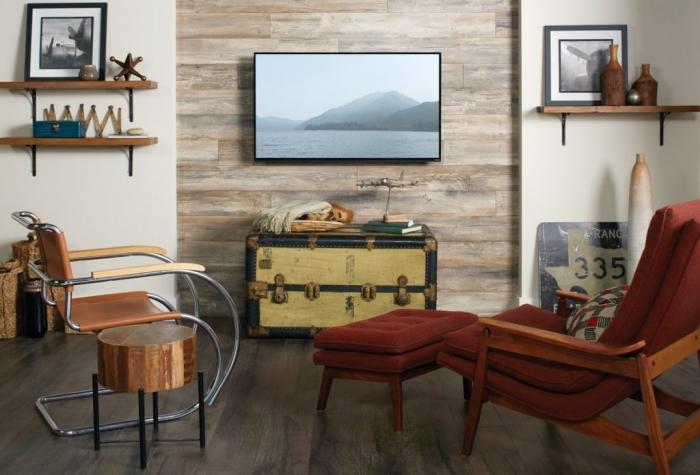 deco mur en bois planche couleurs différents, idée rangement mural avec étagère en bois et fer, salon rustique avec objets rétro