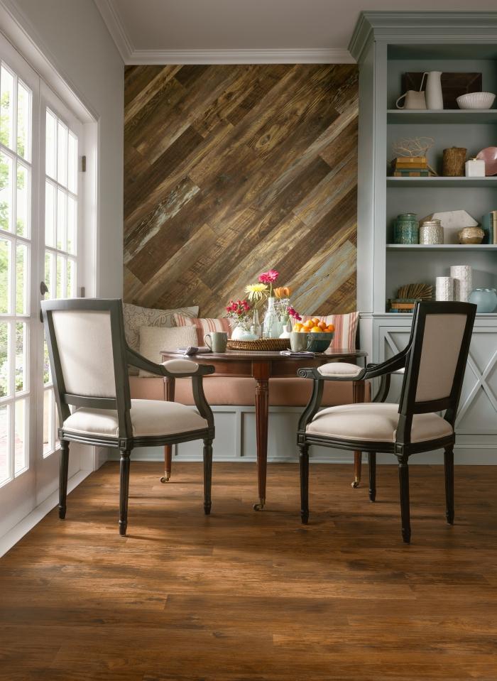 design salle de séjour aux murs blancs avec pan de mur en stratifié, décoration rustique avec meuble rétro chic