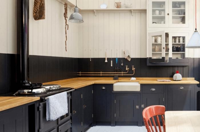 quelle couleur pour changer les facades d'une cuisine, idée cuisine en l avec plan de travail bois et meubles bas noir mat