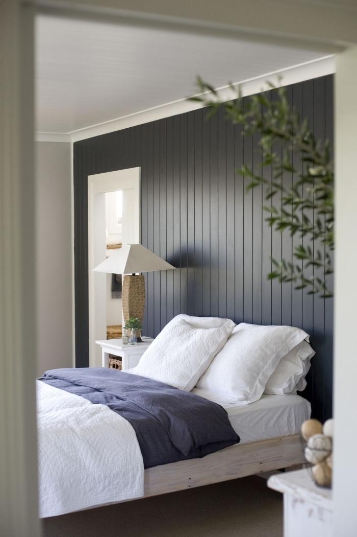 comment aménager une petite chambre aux murs taupe, idée comment habiller un mur en lames de bois noir