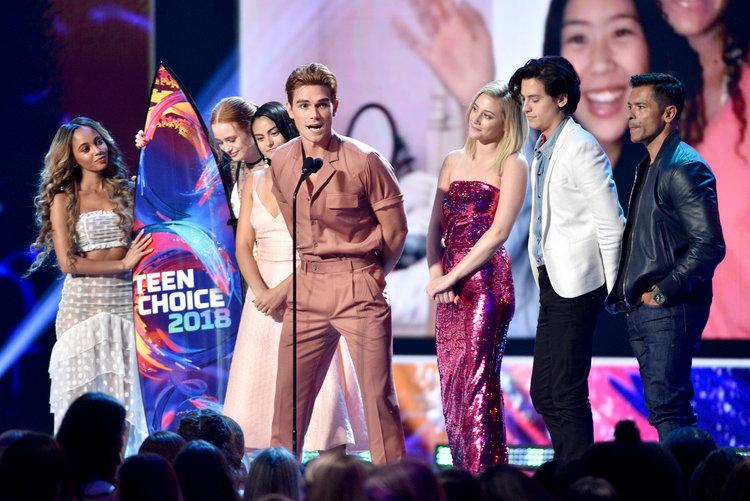 La 21e cérémonie des Teen Choice Awards 2019, Rivedale cast les acteurs qui ont reçu la planche de surf pour leur tv serie