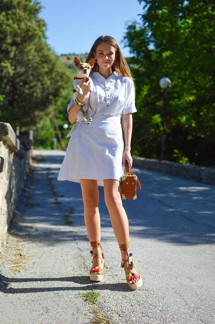 comment bien s'habiller en été, robe d'été tendance 2019 modèle chemise, idée sandales à plateforme bohème chic avec pompons