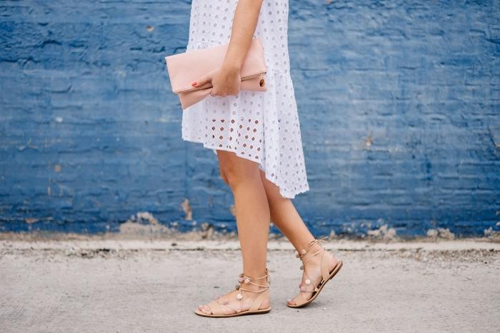 comment bien s'habiller en été femme, modèle de robe blanche d'été combinée avec sandale ete pomponées
