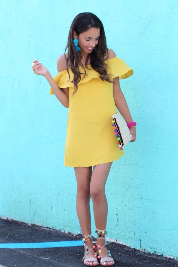 idée que faire des pompons en laine, modèle de robe tendance courte de couleur jaune combinée avec accessoires pomponés