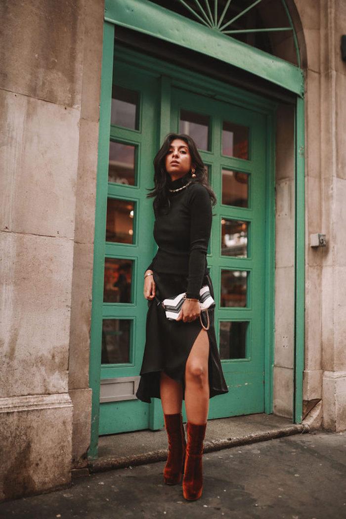 Jupe noire fendue, top polo noir manche longue, bottines marron velours, tendance automne hiver 2019 2020, look casual